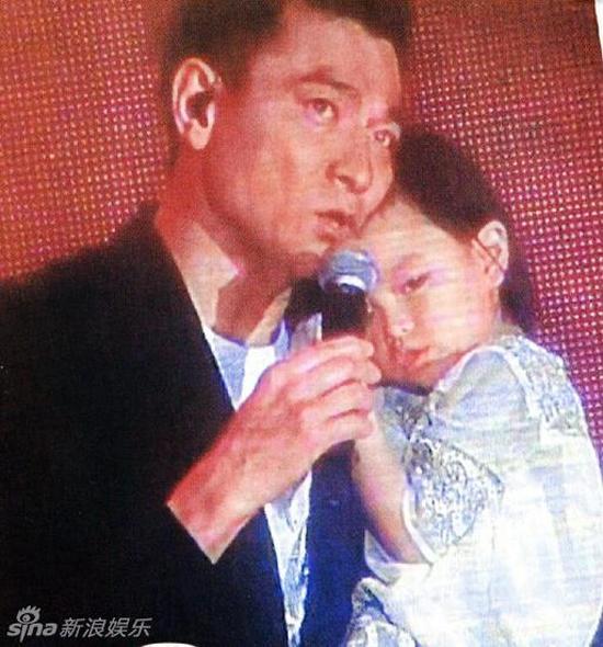Hình ảnh hiếm thấy của Lưu Đức Hoa bên cạnh vợ và con gái 6
