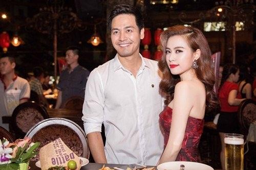 Hoàng Thùy Linh thân mật với MC Phan Anh trong sự kiện 4
