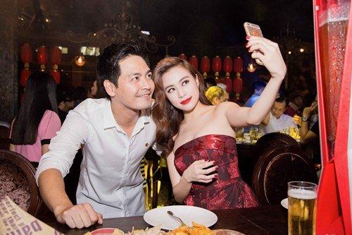 Hoàng Thùy Linh thân mật với MC Phan Anh trong sự kiện 5