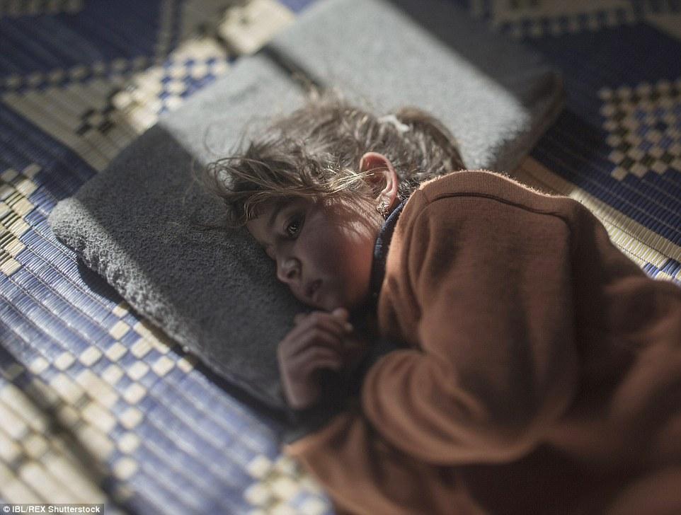 Ám ảnh những đứa trẻ vật vờ trên đường tị nạn 16