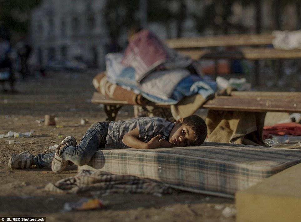 Ám ảnh những đứa trẻ vật vờ trên đường tị nạn 3