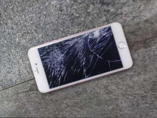 Cô gái đập nát iPhone 6S 16 triệu vì giận bạn trai 2