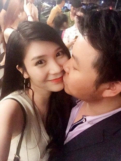 Quang Lê 'âu yếm' bạn gái giữa chốn đông 2