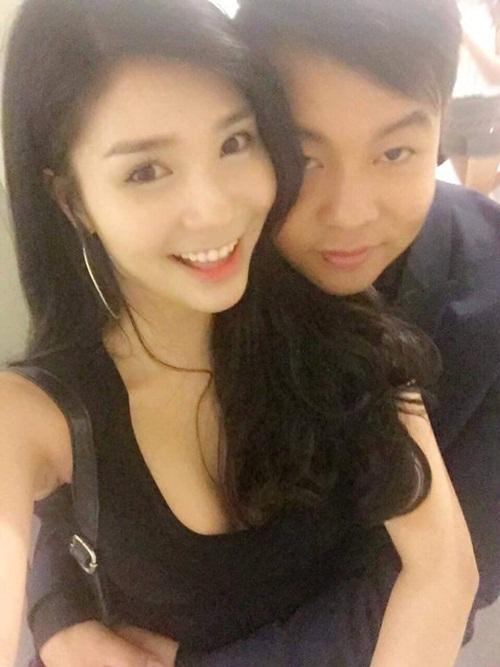Quang Lê 'âu yếm' bạn gái giữa chốn đông 4