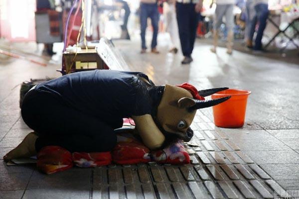 Thiếu nữ 15 tuổi đóng giả bò cho mọi người cưỡi lấy tiền chữa bệnh cho cha 1
