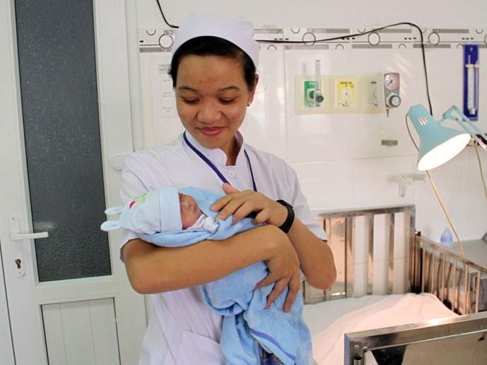 Bé sơ sinh nặng 700g bị suy hô hấp được cứu sống ở Ninh Thuận 1