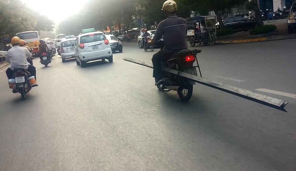 """Rợn người cảnh """"kỵ sĩ cầm giáo dài"""" giữa đường Hà Nội 1"""