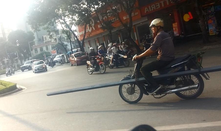 """Rợn người cảnh """"kỵ sĩ cầm giáo dài"""" giữa đường Hà Nội 2"""