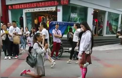 Video: Màn cầu hôn của cặp đôi đồng tính nữ xinh đẹp giữa phố 1