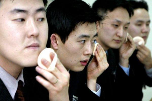Hình ảnh Nam giới Hàn Quốc chi hàng tấn tiền mua mỹ phẩm số 1