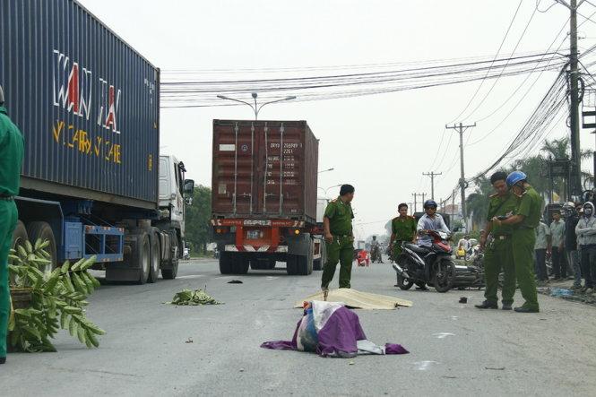 Tai nạn ở Bình Dương, chồng ôm thi thể vợ gào khóc giữa đường 1