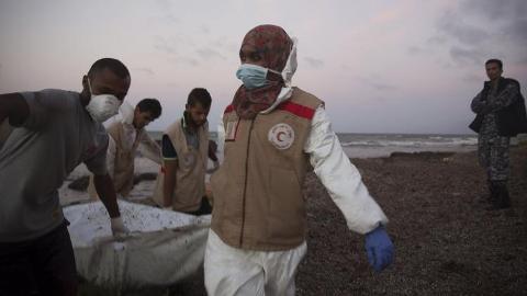 Video: Gần 100 thi thể người tị nạn dạt vào bờ biển Libya 2