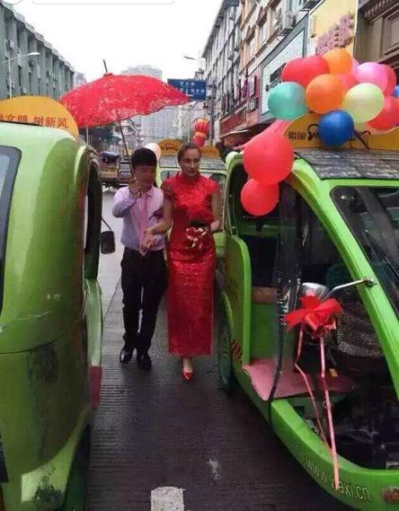 Cô dâu xinh đẹp được rước 'về dinh' bằng xe điện môi trường  1