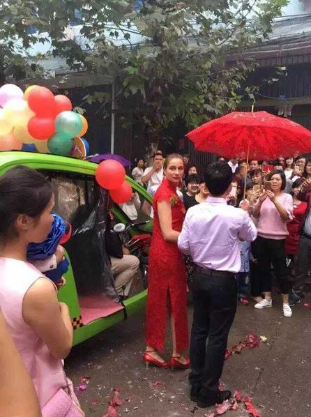 Cô dâu xinh đẹp được rước 'về dinh' bằng xe điện môi trường  5