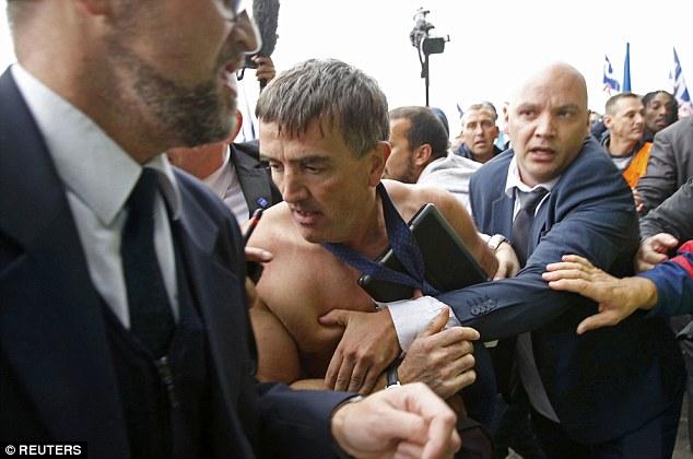 Lãnh đạo hàng không Pháp bị nhân viên xé áo, đuổi đánh 3