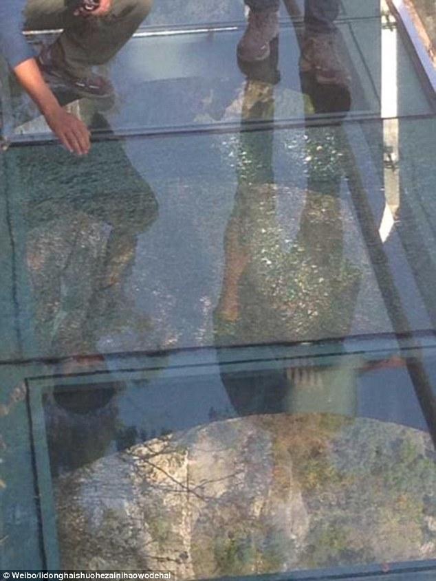 Du khách chạy tán loạn khi phát hiện cầu kính Trung Quốc bị nứt 2