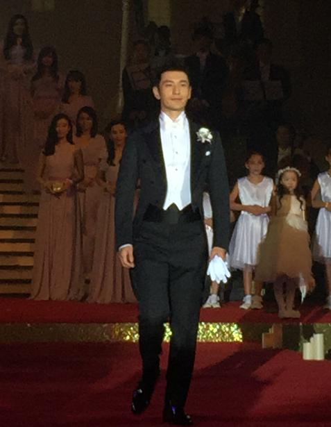 Huỳnh Hiểu Minh bật khóc trong hôn lễ 12