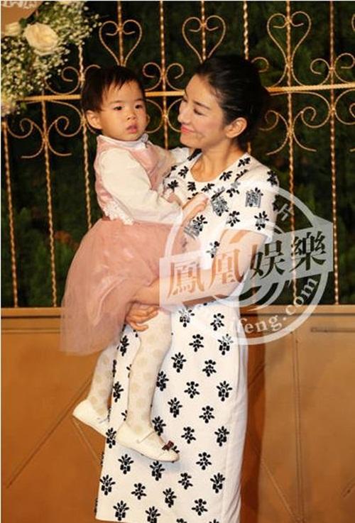 Huỳnh Hiểu Minh bật khóc trong hôn lễ 25