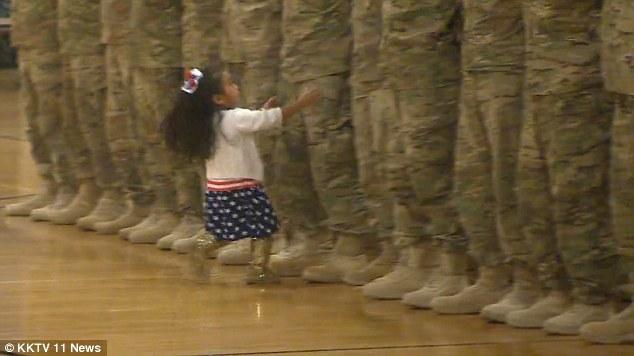 Bất chấp nghi lễ nhà binh, bé gái ôm chầm người cha vừa từ Trung Đông trở về 1