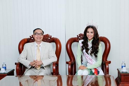 Hoa hậu Hoàn vũ Phạm Hương đẹp rạng rỡ ngày về thăm trường 3