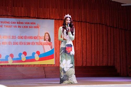 Hoa hậu Hoàn vũ Phạm Hương đẹp rạng rỡ ngày về thăm trường 4