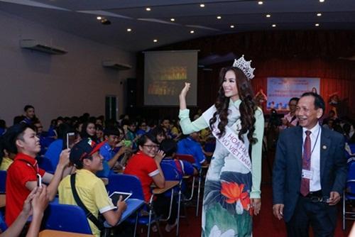 Hoa hậu Hoàn vũ Phạm Hương đẹp rạng rỡ ngày về thăm trường 5