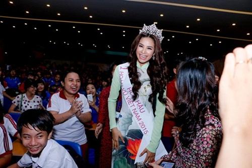Hoa hậu Hoàn vũ Phạm Hương đẹp rạng rỡ ngày về thăm trường 7