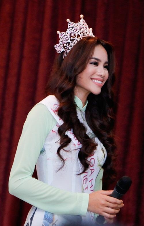 Hoa hậu Hoàn vũ Phạm Hương đẹp rạng rỡ ngày về thăm trường 8