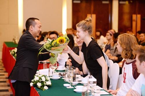 Tóc Tiên nóng bỏng bên dàn sao quốc tế tại Hà Nội 4