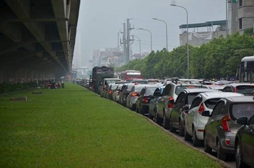 Hà Nội: Đường vành đai 3 ùn tắc, người dân đi lên thảm cỏ 5