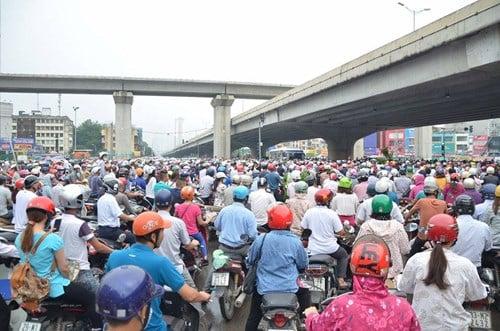 Hà Nội: Đường vành đai 3 ùn tắc, người dân đi lên thảm cỏ 7