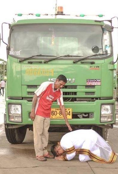 Bức ảnh tân cử nhân quỳ trước xe rác của cha lay động lòng người 1