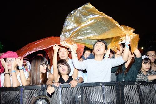 Khán giả đội mưa cổ vũ cho Moonson 2