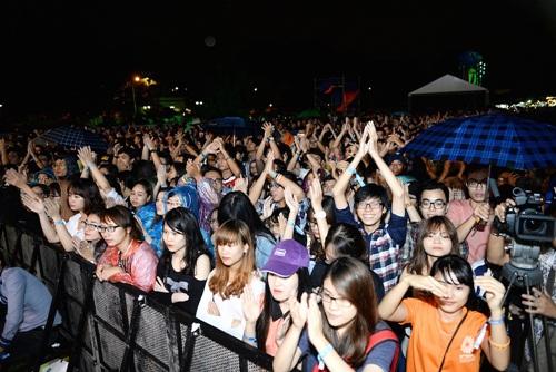 Khán giả đội mưa cổ vũ cho Moonson 4