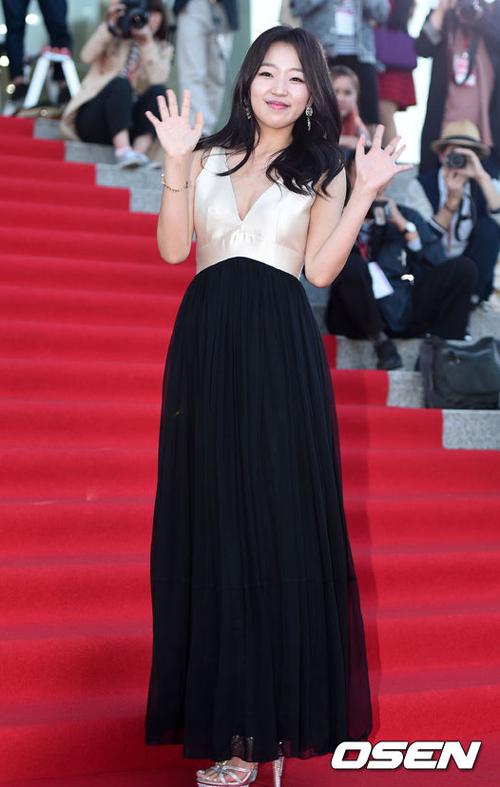 Kim Tae Hee đẹp lấn án dàn sao trẻ trên thảm đỏ 3
