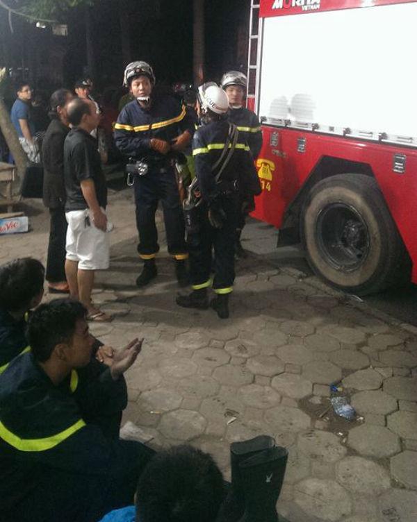 """Hỏa hoạn tại chung cư Xa La: Hàng trăm chiến sỹ """"mệt nhoài"""" sau 4 giờ chữa cháy và cứu nạn 3"""