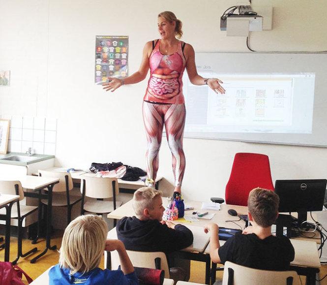 Giáo viên mặc đồ bó có họa tiết cơ thể dạy sinh học 1