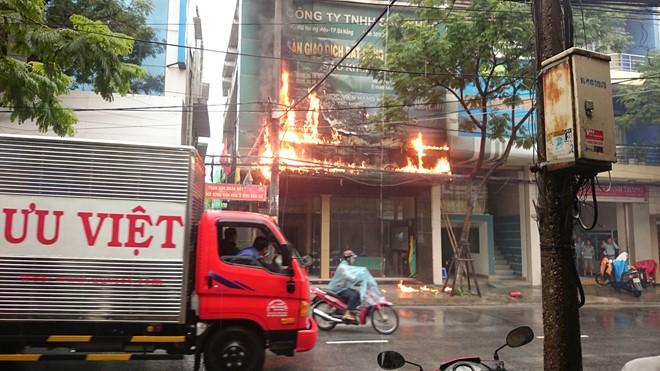 Ngôi nhà bất ngờ bốc cháy ở giữa trung tâm Đà Nẵng 1