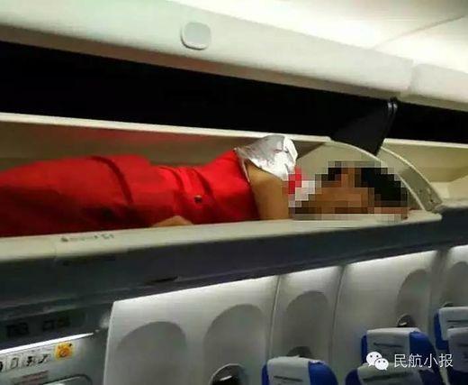 Trung Quốc: Nữ tiếp viên hàng không bị nhét vào khoang hành lý 2