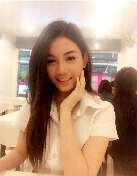 Nữ sinh Thái Lan bất ngờ nổi tiếng vì chụp ảnh trong thư viện 6