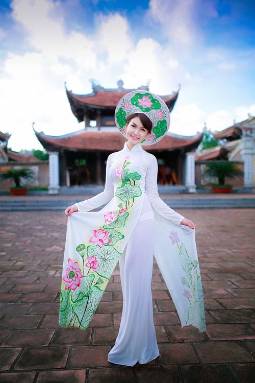 Hot girl Diễm Trinh đẹp tinh khôi trong áo dài 1
