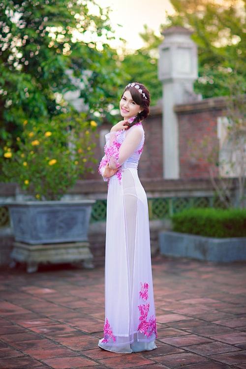 Hot girl Diễm Trinh đẹp tinh khôi trong áo dài 7