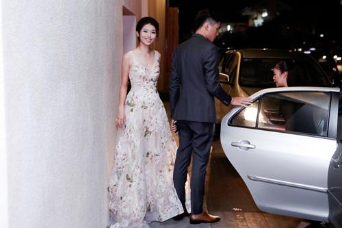 Quỳnh Châu, Quang Hùng nắm chặt tay không rời tại sự kiện 1