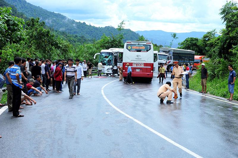 Hiện trường vụ tai nạn giao thông nghiêm trọng trên đèo Bảo Lộc 5