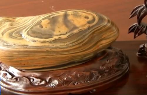 Nhặt được hòn đá kỳ lạ được định giá 523 tỷ đồng 1