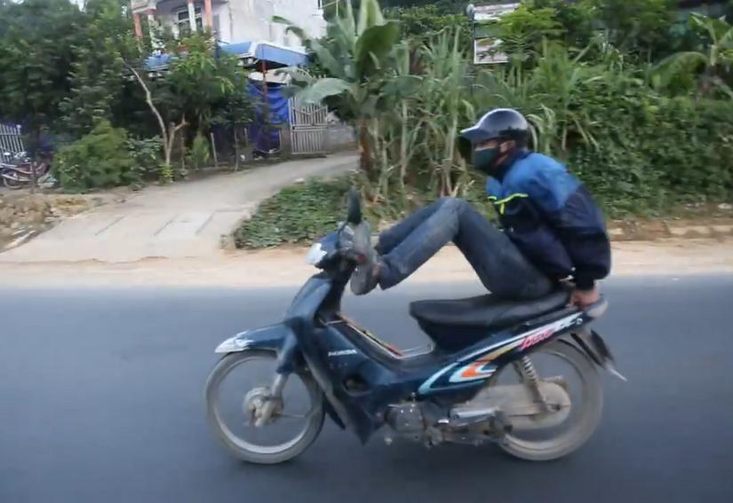 Video nam thanh niên lái xe máy bằng chân chạy 80 km/h ở Hòa Bình 1