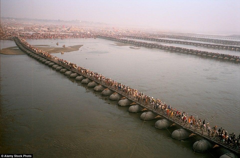 Choáng ngợp trước mạng lưới cầu phao khổng lồ trên sông Hằng, Ấn Độ 2
