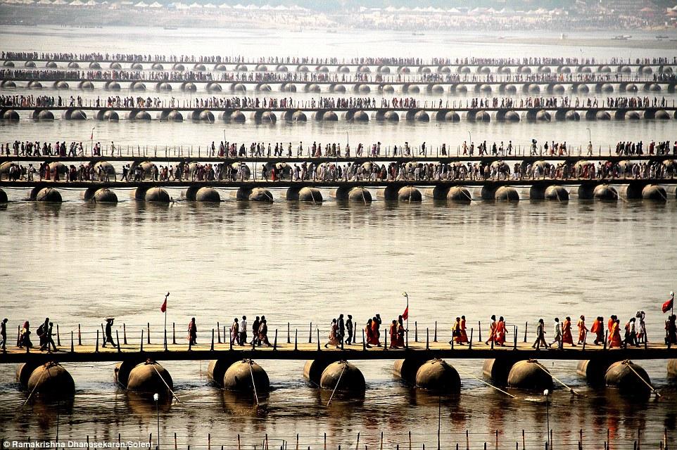 Choáng ngợp trước mạng lưới cầu phao khổng lồ trên sông Hằng, Ấn Độ 3
