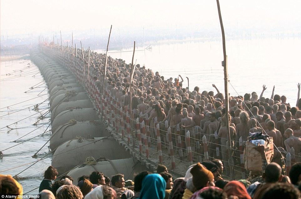 Choáng ngợp trước mạng lưới cầu phao khổng lồ trên sông Hằng, Ấn Độ 6
