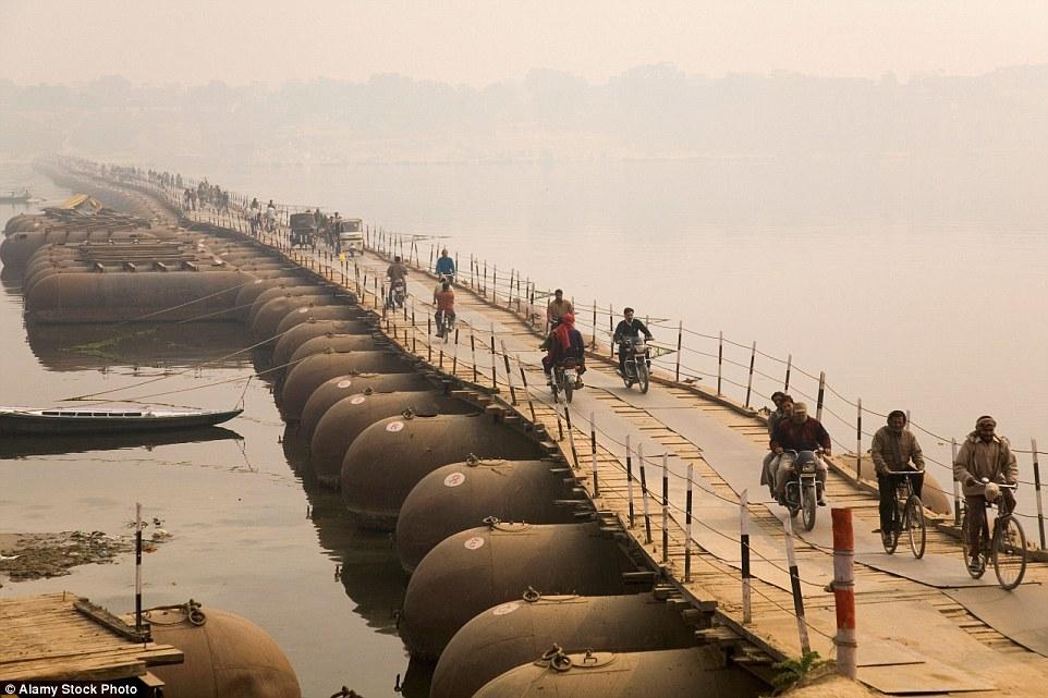 Choáng ngợp trước mạng lưới cầu phao khổng lồ trên sông Hằng, Ấn Độ 7